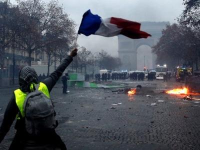 У Франції рішення влади підвищити ціни на бензин і інше паливо обернулося в багатотисячний бунт.