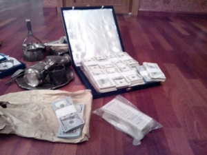 В Николаеве нашли сеть туннелей с сейфами, с золотом, иконами, антиквариатом и $300 тыс.